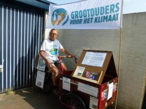 Jogchum Kooi, een van de Grootouders voor het Klimaat, op zijn actie-bakfiets